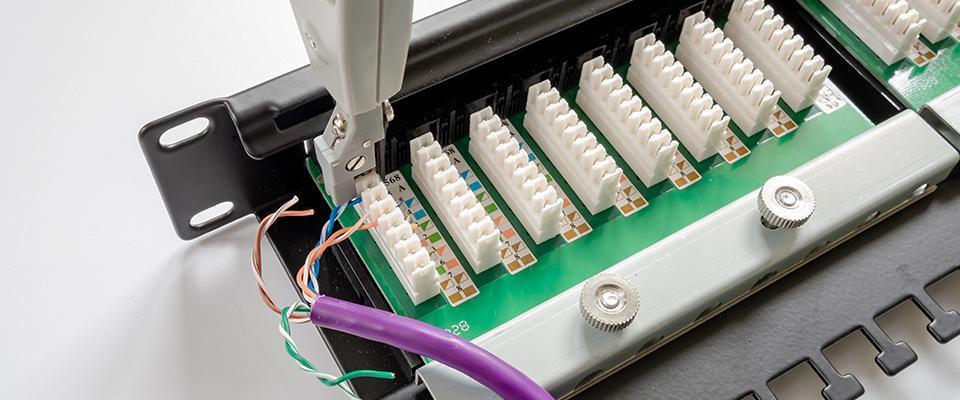 podłączanie kabli zapomocą specjalnego klucza